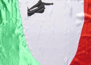 Snowboard halfpipe auf der Flagge von Italien