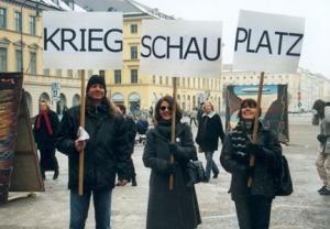 ZUGINSFELD auf dem Odeonsplatz München, Freilichtausstellung von Schwabing Extra zur Wehrtagung