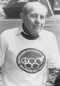 Olympiasieger im Langstreckenlauf Emil Zatobek, CSSR, mit dem Dietmar-Moews-T-Shirt