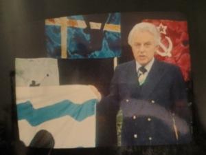 Hanns Joachim Friedrichs moderiert das ZDF Aktuelles Sportstudio und stellt Dietmar Moews' Sportflaggen vor