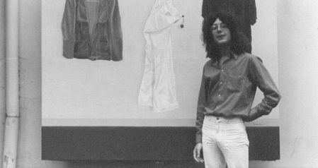 """Dietmar Möws, 1974, vor dem Stillleben """"Selbstportrait"""" 23-jährig in der italienischen Eisdiele in der Deisterstraße/Schwarzer Bär Hannover-Linden"""