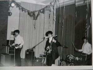 Gerhard Merkin, Linkshänder mit Beatles-Baß und Dietmar Moews in der Aula der Heinrich-Göbel-Kreisrealschule Springe