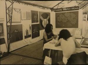 Gerhard Merkin,links und Dietmar Moews, im Hintergrund Kastanien-Oval von Egon Neubauer auf dem Kunstmarkt Göttingen 1974 mit der Galerie M Hannover