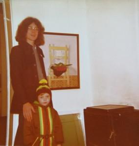 Dietmar Moews mit Patenkind in den Geburtstagsfarben am 8. November 1974, der Ofen aus DMW und Ibizarera