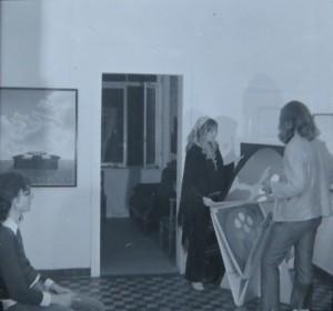 Dietmar Moews links, Gerhard Merkin am Grafikständer mit einer Ausstellungsbesucherin der ersten Ausstellung