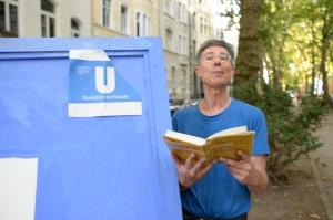 ZUGINSFELD am 19. Juli 2014 in der Mainzer Straße nördlich Eierplätzchen: DIETMAR liest OTTO während FRANK fotografiert, STREET ART KÖLN 2014
