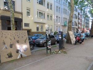 ZUGINSFELD 39 mit Betrachter in der Mainzer Straße Kölner Südstadt (nördlich Eierplätzchen) am 7. Juli 2014