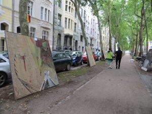 ZUGINSFELD Aufstellung der Tafelbilder in der Platanenallee, mainzer Straße nördlich Eierplätzchen, am 12. Juli 2014