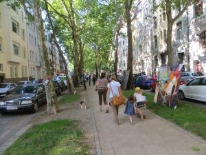 ZUGINSFELD in der Mainzer Straße, nördlich Eierplätzchen, mit Passanten